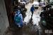 厦门消杀队阴雨天中消毒 接连多日作业人手不足