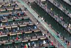 韩国华川山川鱼庆典闭幕 游客划充气艇水上垂钓