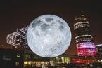 """巴塞罗那灯光节举行 巨型""""月球""""熠熠生辉"""