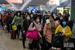 复工专列载近600名工人抵广州 测体温后乘大巴返岗