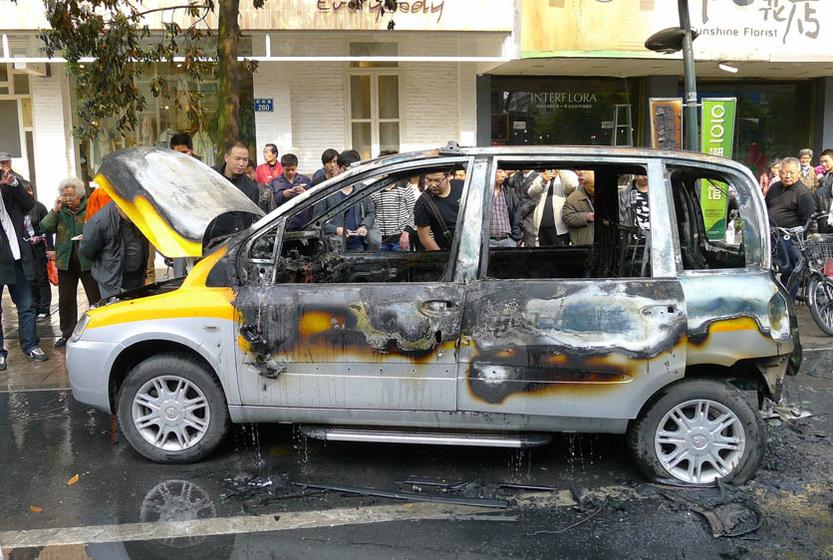 4月11日,纯电动力出租车几乎完全被烧毁。 李忠/中新社 _众泰电动出租车杭州街道自燃