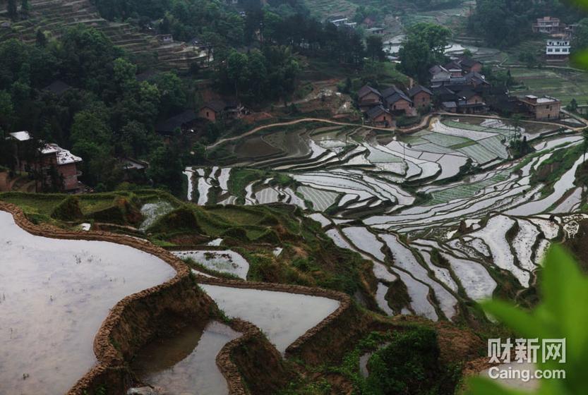 湖南省邵阳市隆回县,是一个国家级贫困县。从县城北行70多公里,到达高平镇。这是一个位于大山群中的乡镇,人口7万多人。财新记者 李漠 摄 _邵氏弃儿