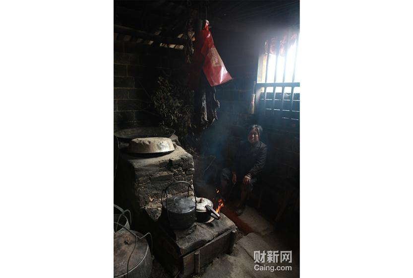 村民在自家厨房。湖南省邵阳市隆回县,是一个国家级贫困县。 财新记者 李漠 摄 _邵氏弃儿