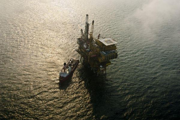 2011年7月11日,蓬莱19-3油田溢油事故C平台。腾军伟/新华社_无人为溢油事件负责