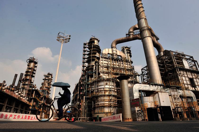 由于中石化、中石油等大型石油企业,以及相关政府部门缺乏作为,中国的油品质量标准一直落后于汽车排放标准。Shepherd C.Zhou/CFP_劣油凶猛