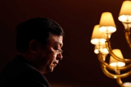 王传福正面临创立比亚迪16年来的又一段艰难岁月,这次比以前更凶险:IT、传统汽车和新能源三大主业无一好过。
