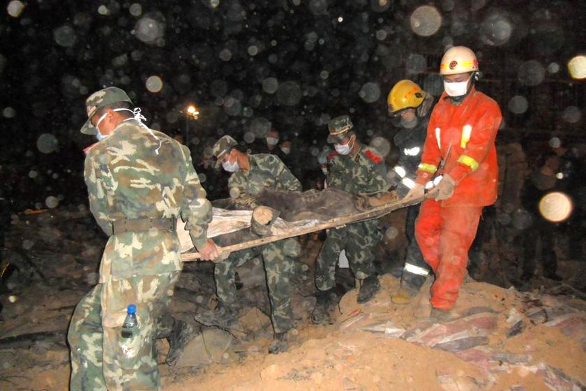 11月14日晚,湖南新邵县,救援人员营救被埋者。 东方IC _湖南新邵发生民房垮塌事故 致10死12伤