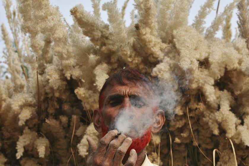 2011年11月22日,印度查谟附近,53岁农民努尔·丁正在抽小卷烟。 REUTERS/Mukesh Gupta_财新每周图片(2011.11.19-11.25)