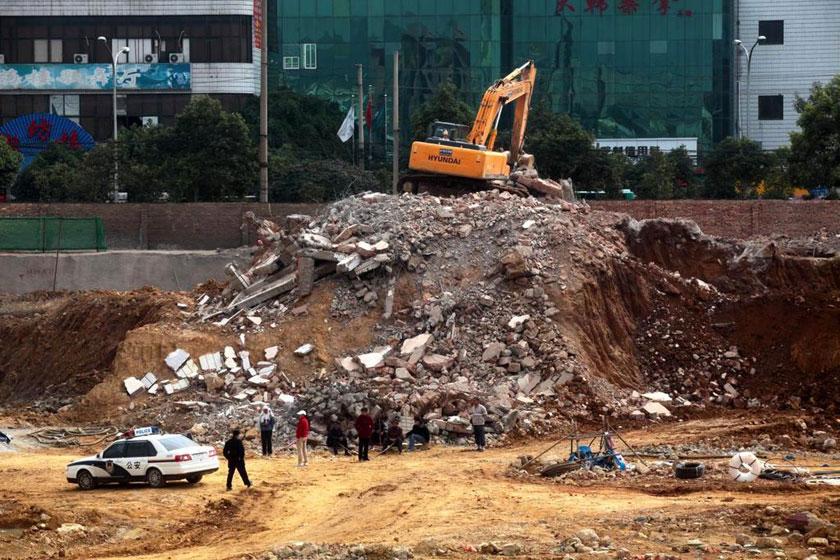 """12月13日,李刚家的三层半楼房已变成一片废墟。  仁怎多吉/东方IC_昆明下马村""""钉子户""""半夜遭强拆"""