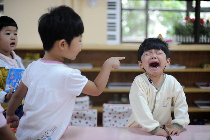"""""""老师,她又不听话了!"""" 2011年9月6日,太原市康乐幼儿园,第一天入园的小朋友们。 CFP_图片回望之趣图"""