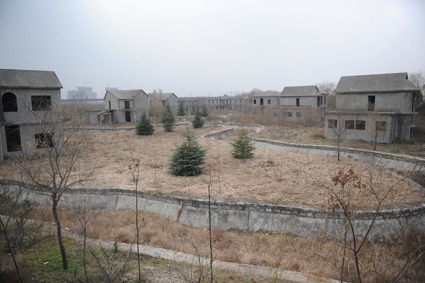 12月21日,西安,灰色的建筑主体因没有安装门窗,在寒风中显得很是萧条。 华商报赵雄韬/CFP_西安别墅群无土地手续烂尾十多年