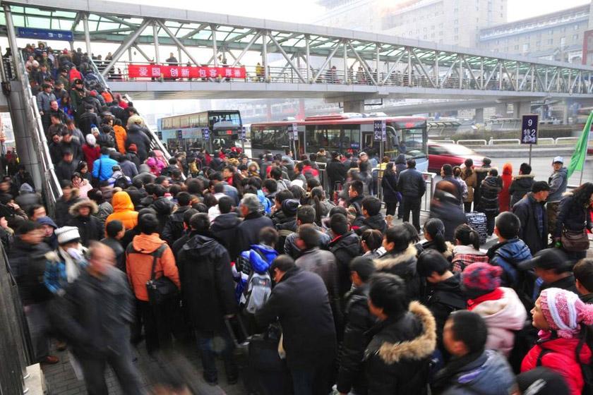 1月8日,北京西客站,密集的乘车旅客通过过街天桥。 樊甲山/东方IC_2012年春运正式启动