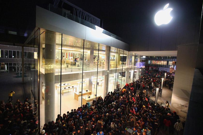 苹果iPhone 4S手机定于2012年1月13日正式在中国内地开售。图为1月13日凌晨,北京,苹果三里屯店外排队购买iPhone 4S的人群。 Feng Li/Getty Images/CFP _疯狂抢购