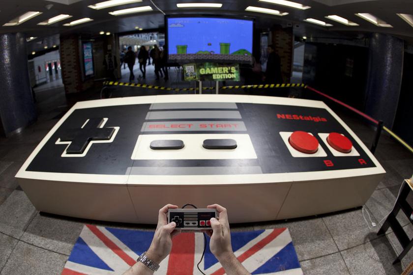 1月18日,伦敦,世界最大的游戏手柄利物浦街火车站。 CFP_世界最大游戏手柄亮相伦敦