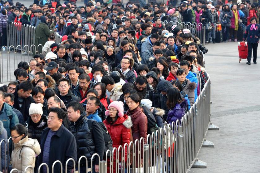1月28日,北京,在地铁北京站入口处,返京旅客有秩序的排队,等待安检。  李文明/CFP_铁路春运迎来节后返程高峰