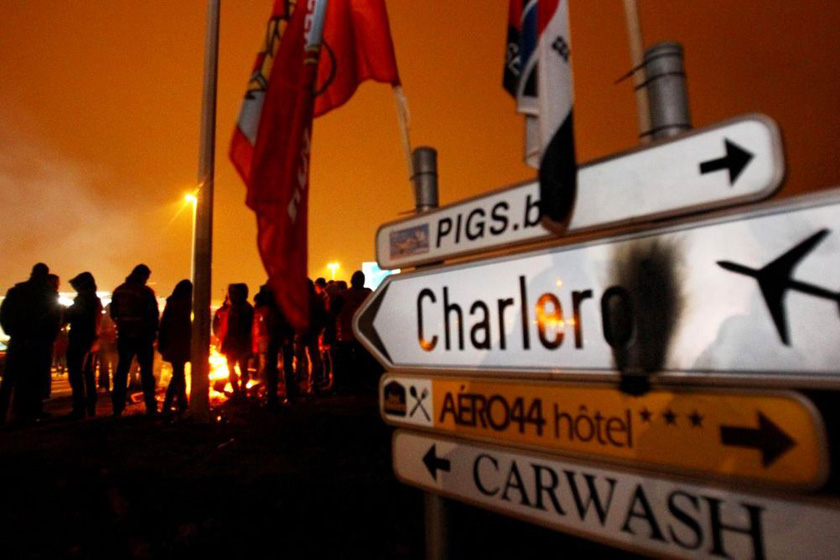 1月30日,抗议者在布鲁塞尔南部机场入口处设置路障。 VIRGINIE LEFOUR/东方IC _比利时欧盟峰会遭遇大罢工
