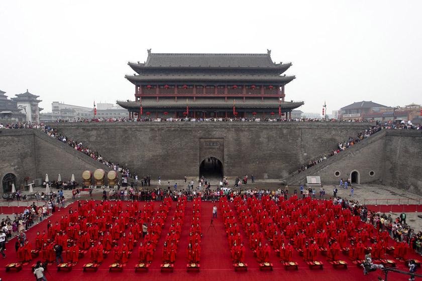 5月1日,一场大型汉式集体婚典在西安城墙南门瓮城内举行。 吴暗彪/CFP_西安130对新人举行汉式集体婚典