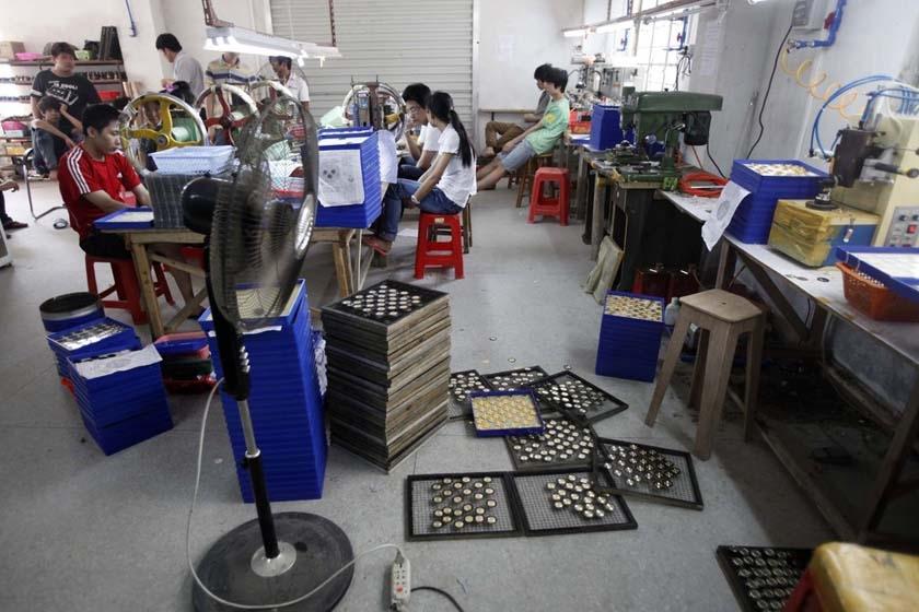 5月14日,简陋的车间生产环境,但是各种设备一应俱全。 广州日报/CFP_广州查获一名表零配件造假窝点