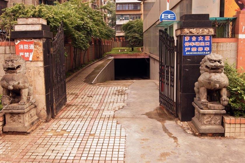 5月15日,贵州省贵阳市,茅台大厦停车场入口处。 彭年/CFP_贵阳茅台大厦20年空无一人