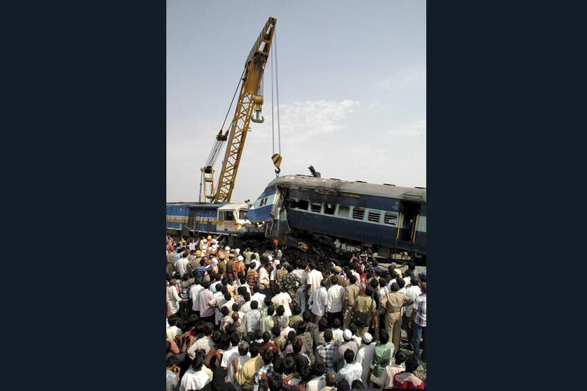 5月22日,印度班加罗尔,一列客车与一列停靠的货运火车发生相撞事故。 CFP_印度两列火车相撞致25人死亡