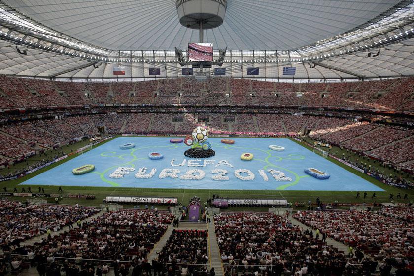 6月8日,2012年欧洲杯足球赛在波兰华沙的国家体育场开幕。 Gero Breloer/东方IC_2012年欧洲杯在波兰开幕