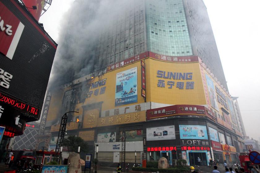 6月28日,郑州,失火现场浓烟滚滚,商户紧急疏散。 CFP_郑州二七广场失火 因广告牌下雨短路
