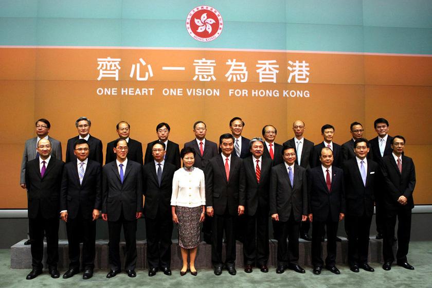 6月28日,梁振英率第四届香港特区政府主要官员亮相。  日西/东方IC _香港特区第四届政府主要官员集体亮相