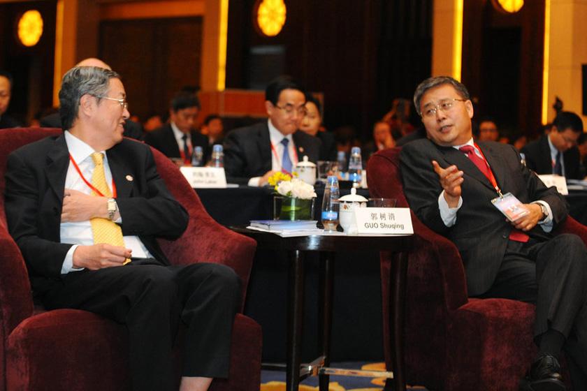 6月29日,央行行长周小川(左)与中国证监会主席郭树清在论坛间隙交谈。  东方IC_2012年陆家嘴论坛开幕