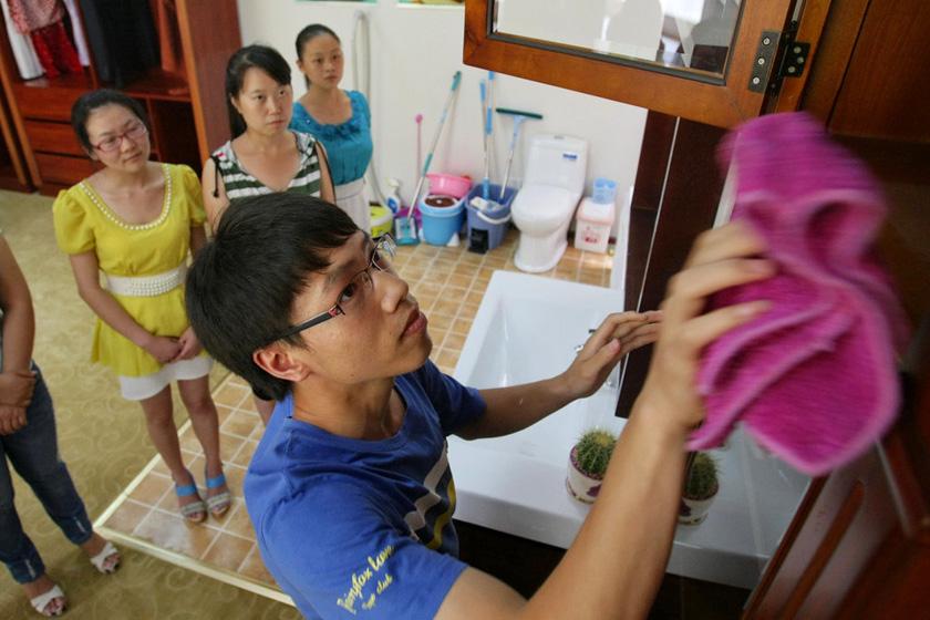 7月11日,重庆,擦柜子,漏掉边角是不合格的。  东方IC_重庆11名女大学生应聘当保姆