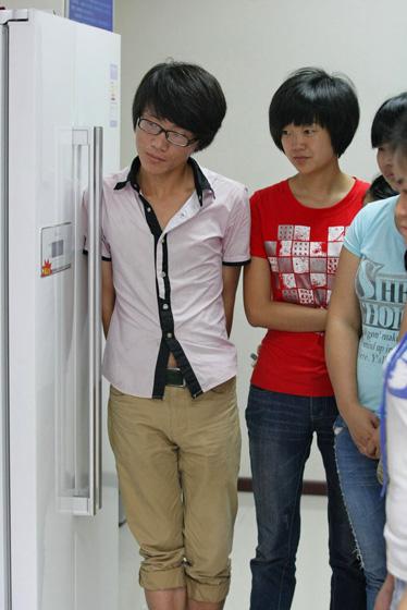 7月11日,重庆,家务到底怎么做,学生们听得聚精会神。  东方IC_重庆11名女大学生应聘当保姆