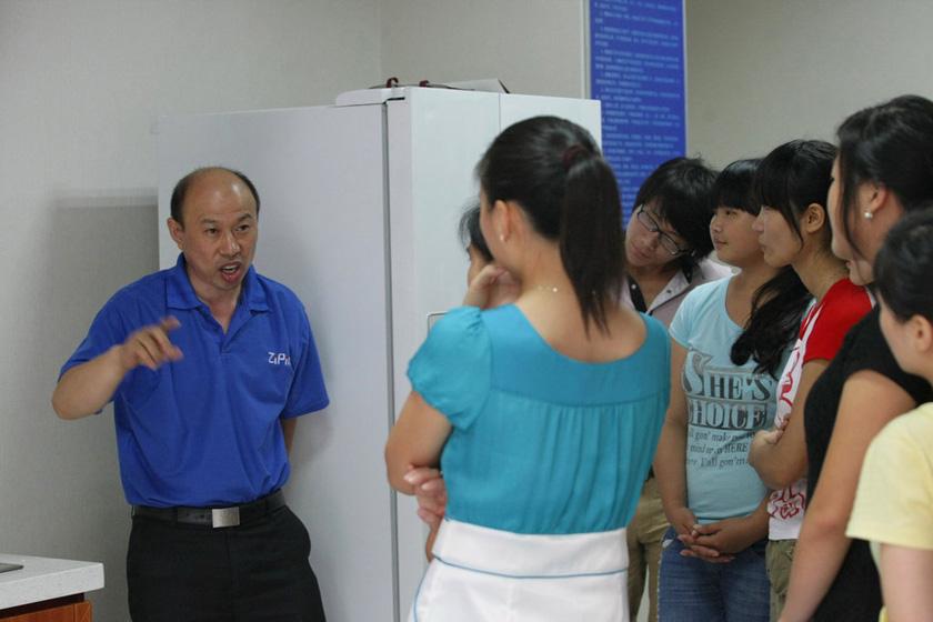 7月11日,重庆,测试结束,老师给学生点评问题原因。  东方IC_重庆11名女大学生应聘当保姆
