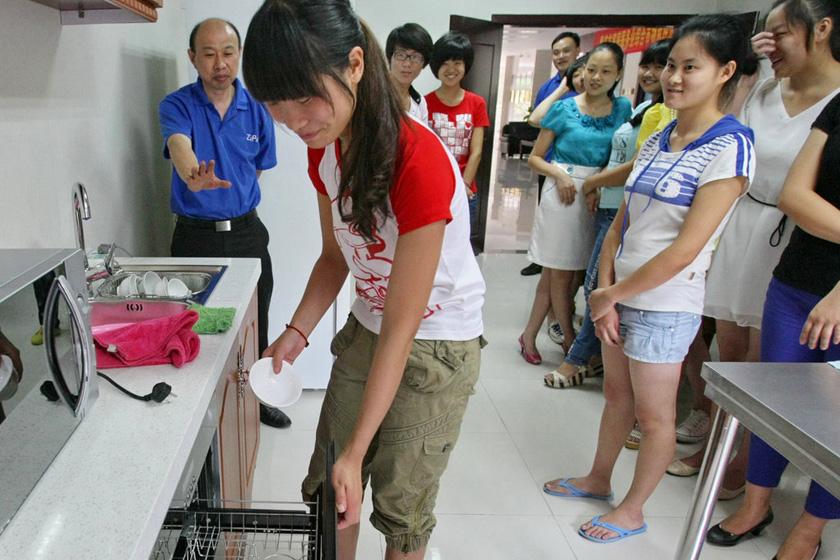 """7月11日,重庆,培训师说:""""停,你已经不及格了。""""原来,拿取洗干净的碗,是绝不能把手抠在碗内的。  东方IC_重庆11名女大学生应聘当保姆"""