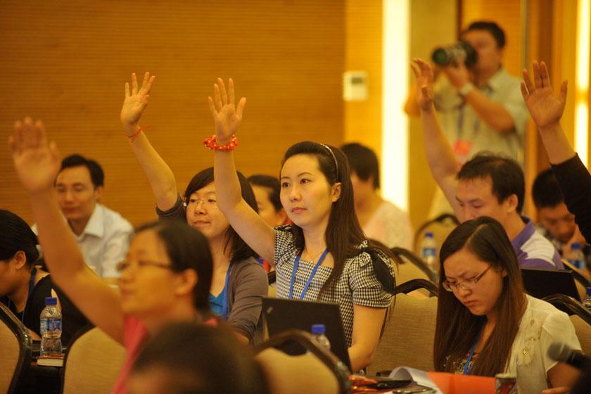 2012年7月2日,北京市第十一次党代会召开第二次新闻发布会,北京市发改委、财政局、教工委、民政局、社工委、国资委、环保局、中关村管委会八家单位的新闻发言人回答记者提问。_换届大局