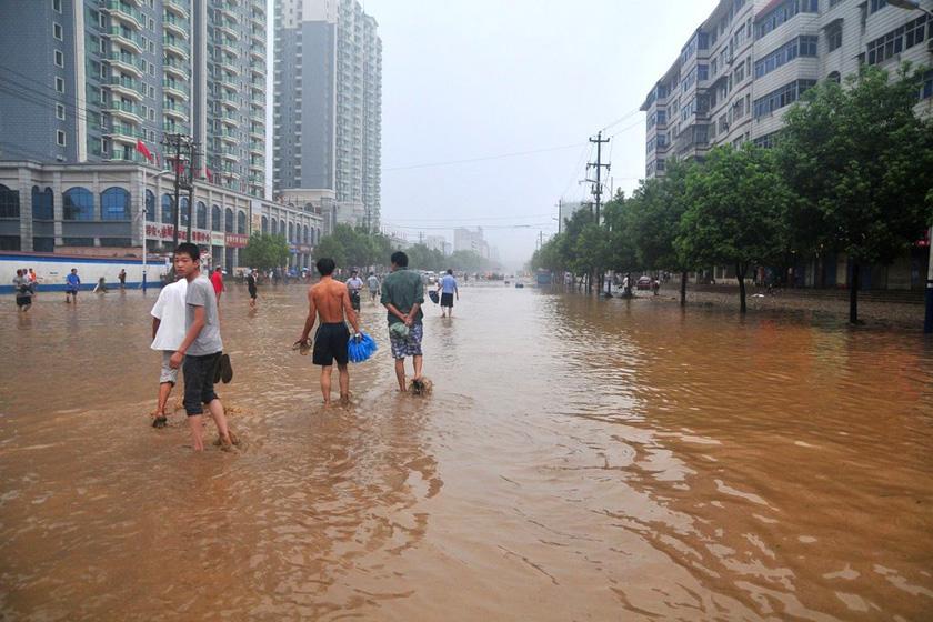 8月6日,十堰经济开发区主干道一片汪洋。 曹忠宏/东方IC_湖北十堰遭特大暴雨 已致14人死亡