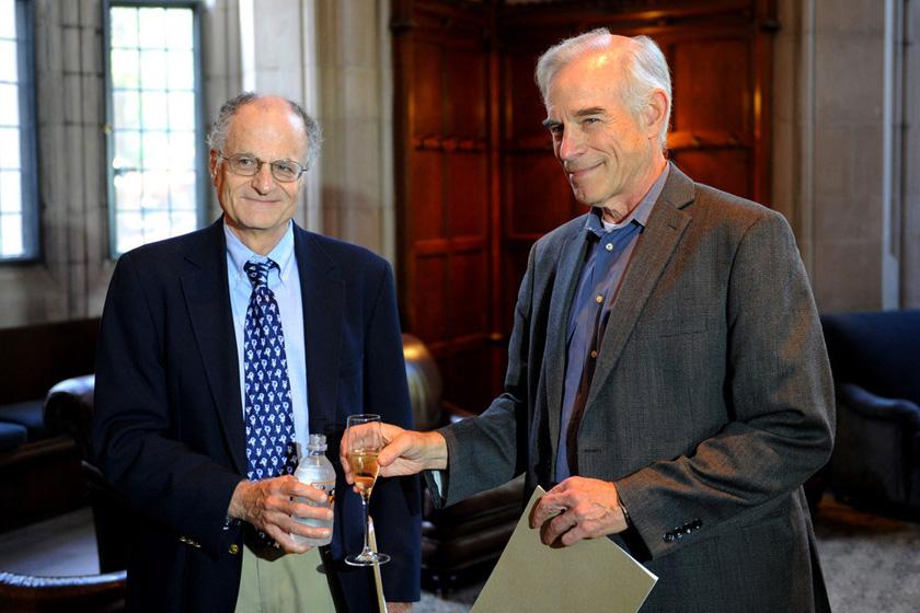 2011年诺贝尔经济学奖得主托马斯·萨金特和克里斯托弗·西姆斯(右)。   东方IC_盘点2000年以来诺贝尔经济学奖获得者