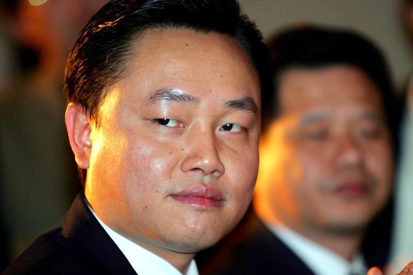 黄光裕,2004、2005、2008三年位于胡润百富榜的榜首,造就了中国最大的零售网络。2010年5月18日,黄光裕案一审判决,以非法经营罪、内幕交易罪、单位行贿罪,三罪并罚,执行有期徒刑14年,罚金6亿元,没收财产2亿元。_那些被判入狱的富豪们