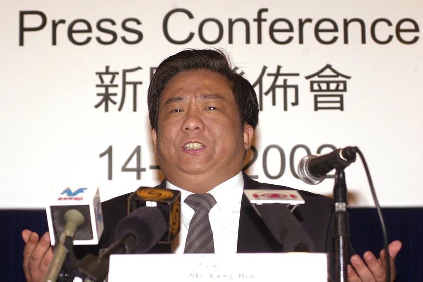 """杨斌,沈阳欧亚实业公司董事长,在""""2001年度福布斯中国富豪榜""""上以9亿美元的身价高居第二位。不过,他的无限风光仅维持了1年多,2002年10月初却闪电被捕。2003年7月14日,杨斌被法院数罪并罚判处有期徒刑18年,罚金人民币230万元。_那些被判入狱的富豪们"""