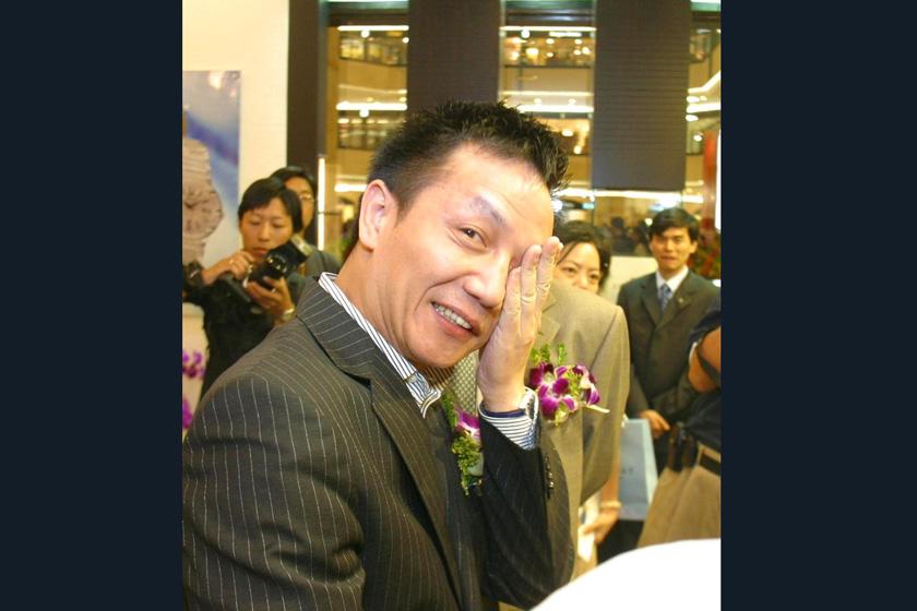 """周正毅,第一位落马的上海首富,2002年胡润富豪榜第11名,2003年因涉嫌虚报注册资本罪和操纵证券交易价格而被捕,获刑3年。2007年初,刚刚出狱不到一年的周正毅又""""二进宫""""因涉嫌行贿及虚开增值税专用发票再次被捕。_那些被判入狱的富豪们"""
