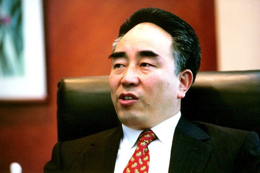 """仰融,前华晨系掌门人,2001年度《福布斯》中国富豪榜第三位。他在2002年5月,自称受到""""迫害""""出走美国,2002年10月,因涉嫌经济犯罪,涉嫌侵吞国有资产被辽宁省检察院批准逮捕。_那些被判入狱的富豪们"""
