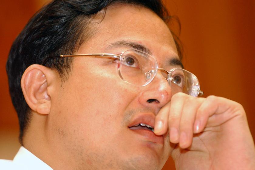 """周伟彬,广东金冠涂料集团公司总裁2006年10月的 """"胡润百富榜""""438位,但上榜仅仅两周之后便因涉嫌巨额偷税被刑事拘留。_那些被判入狱的富豪们"""