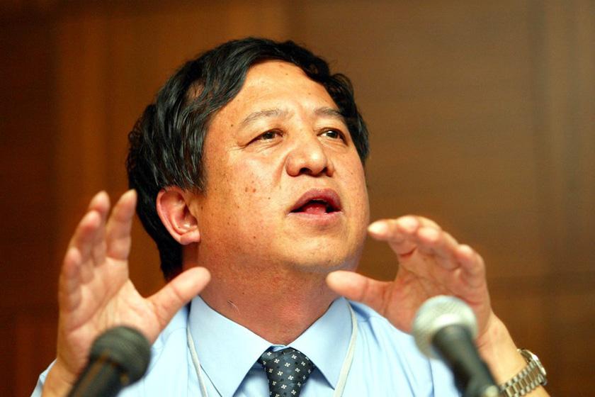 """郑俊怀,原伊利集团董事长,有中国""""乳业教父""""之称,2004年12月因被控动用公司资金落马,2005年12月被判有期徒刑6年,经两次减刑,2008年9月刑满释放。 _那些被判入狱的富豪们"""