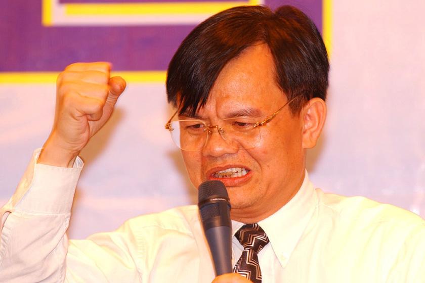 黄宏生,创维集团创始人,于2006年7月13日,因串谋盗窃及串谋诈骗创维数码5000多万港元被判监禁6年。2009年7月4日,被保释出狱。2012年8月9日,回归创维。_那些被判入狱的富豪们