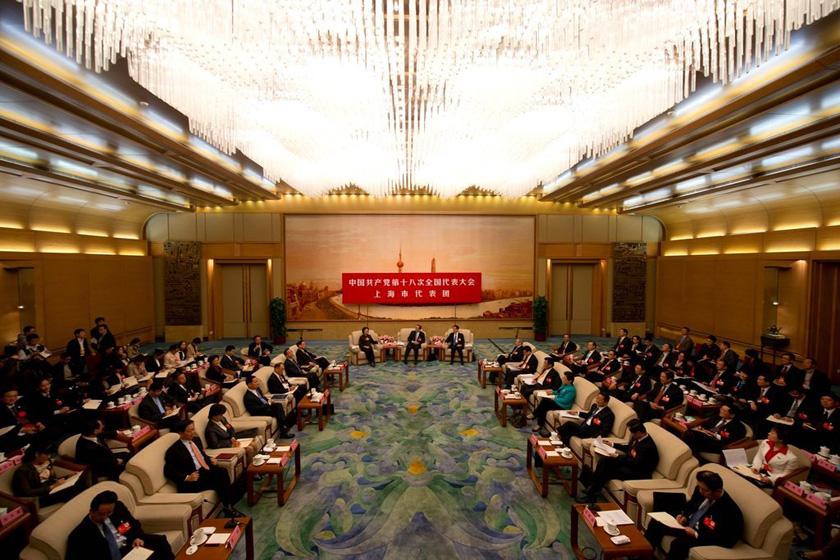 11月9日,出席十八大的上海代表团进行分组讨论。 Ed Jones/东方IC _十八大各地方代表团接受记者采访
