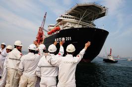 """中国海洋石油有限公司是中国能源公司中""""走出去""""的先行者之一。图为2012年5月21日,中海油旗下的中海油海洋石油工程(青岛)有限公司员工欢送""""海洋石油201""""驶离青岛码头。"""