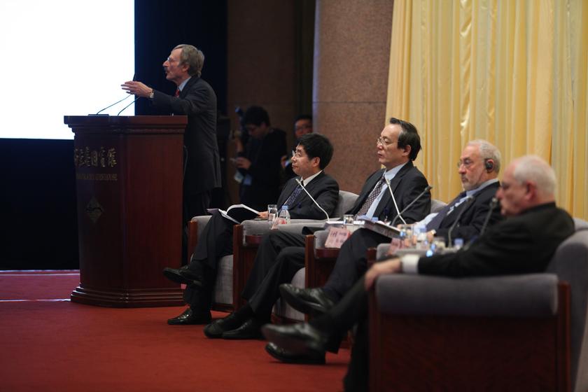 2013年3月23日,中国发展高层论坛2013年会在北京钓鱼台国宾馆开幕。图为斯坦福大学教授迈克尔·博斯金发言。    财新记者/牛光   摄_中国发展高层论坛2013年会开幕