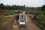 湖南一农民用摩托车发动机造飞机