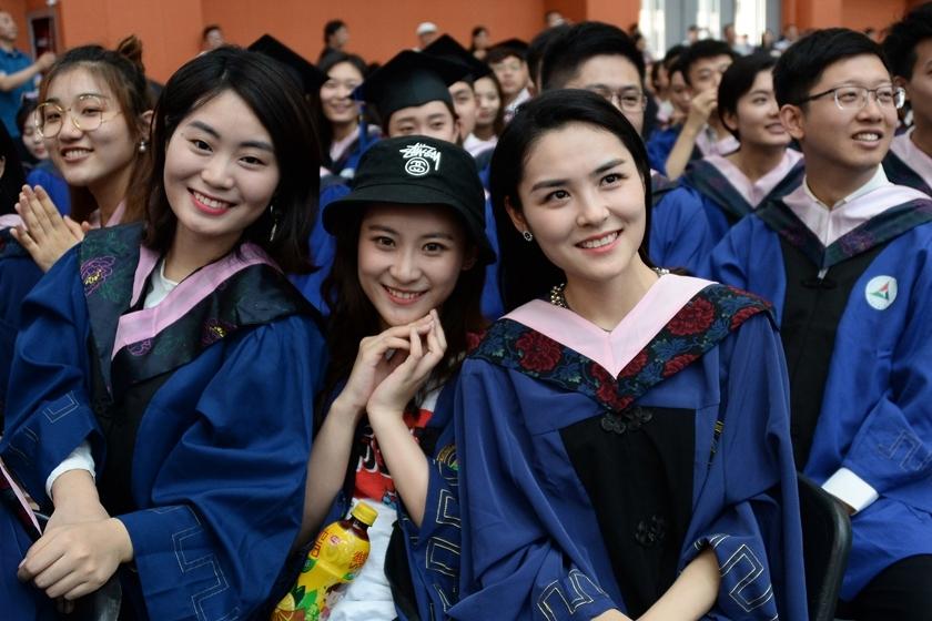 中国传媒大学举行毕业典礼高颜值毕业生抢镜_图片频道_财新网