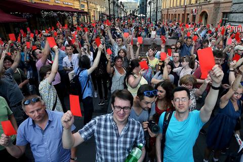 当地时间2018年7月18日,俄罗斯多地的民众参加集会活动,抗议俄罗斯政府计划延长退休年龄。俄罗斯政府提出的法律草案旨将男性的退休年龄从60岁改为65岁,女性退休年龄从55岁改为63岁。图/视觉中国