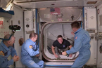 龙飞船与空间站对接 两名宇航员进入国际空间站