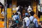 新德里取消新冠肺炎疫情消费税 印度人排长队买酒
